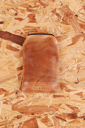 Nic & Mel: Iphonefodral Perforated Cognac